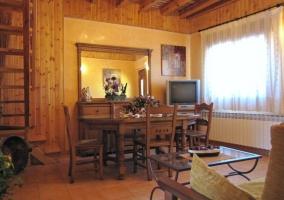 Amplio salón comedor con paredes y techo de madera
