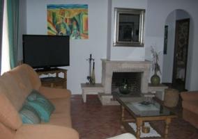 Sofá con cojines verdes en el salón