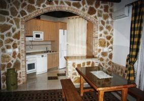 Arco de piedra y cocina
