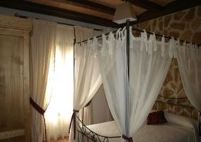Dosel con cortinas blancas y cama grande