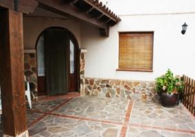 Suelos de piedra y puerta en la terraza
