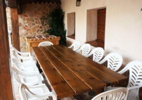 Mesa con sillas blancas en el porche