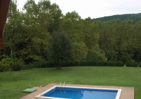 Dormitorio abuhadillado con vistas a la piscina