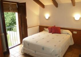 Dormitorio de matrimonio abuhardillado con terraza