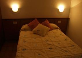 Dormitorio de matrimonio con lámparas
