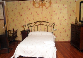 Dormitorio con pared con estampado