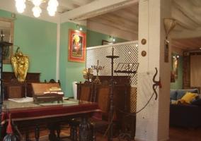 Amplio salón de estilo rústico