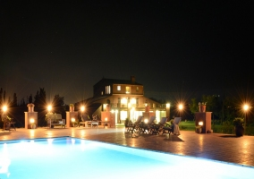 La casa de noche junto a piscina