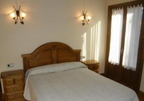 Dormitorio doble en blanco y muebles de madera