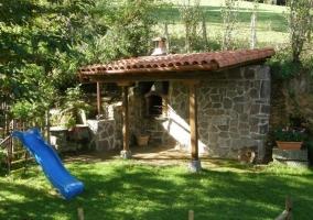 Barbacoa y columpios en el  jardín