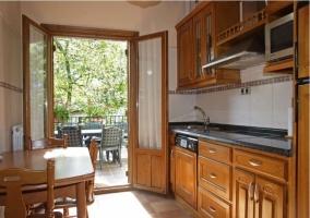 Cocina madera y salida a terraza
