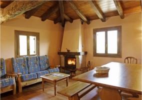 Salón de madera y techo con vigas de madera