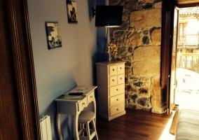 Dormitorio con escritorio y TV