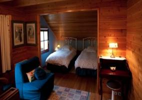 Dormitorio con baño compartido