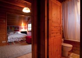 Dormitorio doble con cuarto de baño compartido