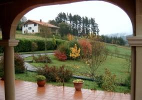 Porche y jardines