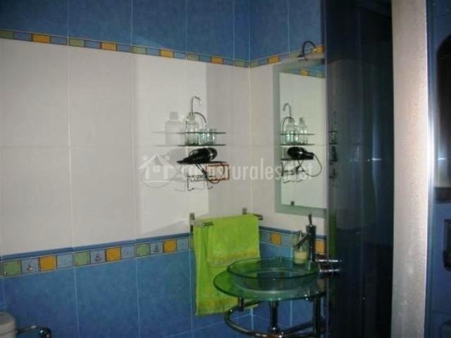 Baño azul y blanco con espejo