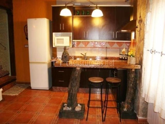 Cocina con barra americana con muebles negros