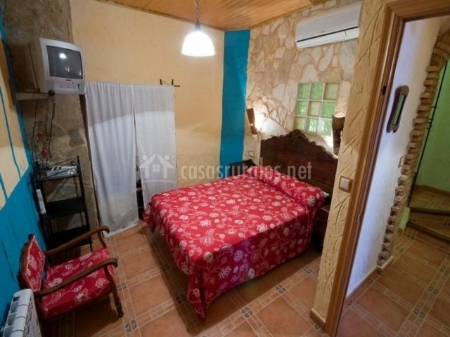 Dormitorio de cama doble con silla de la casa rural