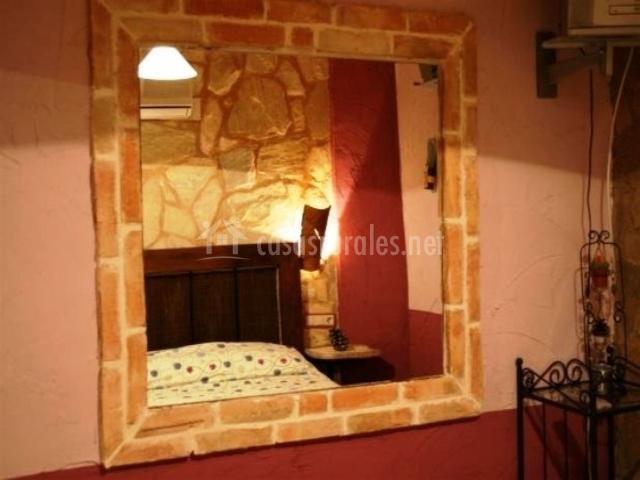 Espejo de piedra de una de las habitaciones