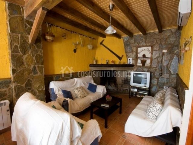 Sala de estar con chimenea de la casa rural