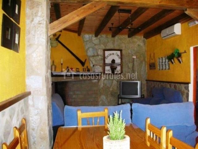 Salón con mesa de comedor y paredes amarillas
