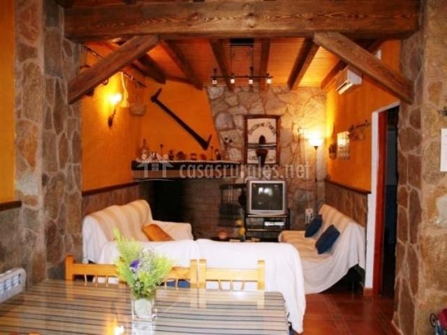 Salón con sofás y techo con vigas de madera