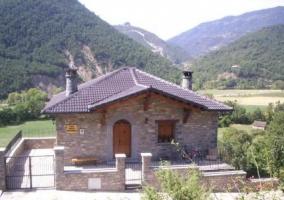 Acceso principal al alojamiento con fachada en piedra