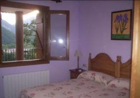 Dormitorio doble con cuadros y cabeceros