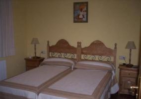 Dormitorio doble con mesillas de noche y cabeceros