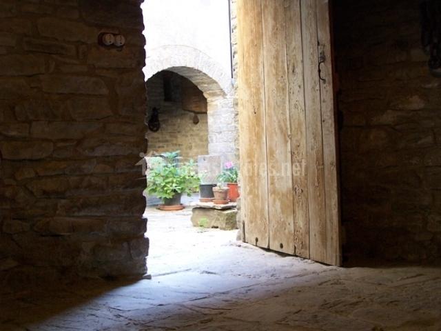 Casa minguaso en gracionepel huesca for Porton madera antiguo