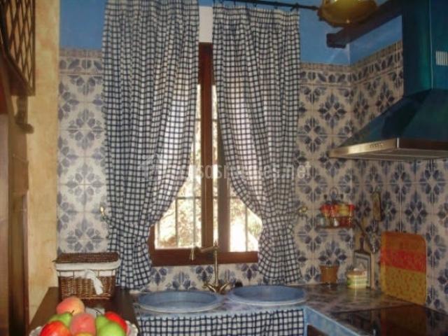 cocina con cortinas de cuadrod