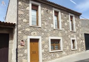 Fachada de la casa rural en piedra