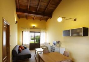 Sala de estar con puertas de acceso al exterior abiertas