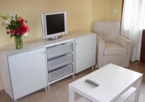 Sala de estar con sofá cama y muebles suspendidos