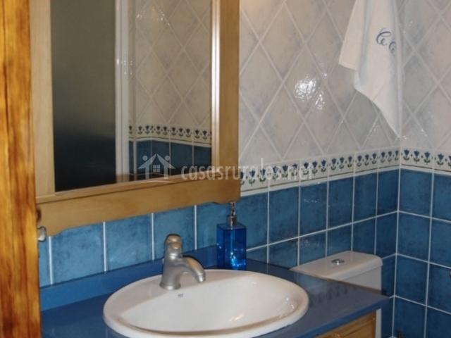 Casa candi en el arenal vila - Banos en azul y blanco ...