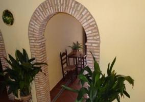 Entrada al alojamiento con escaleras y plantas
