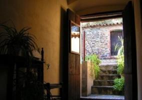 Acceso al alojamiento con espacios verdes