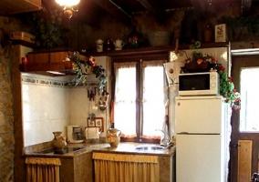 Sala de estar con elementos de madera y televisor