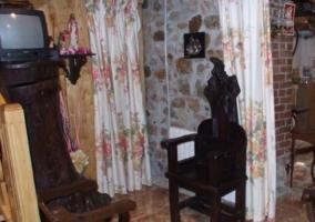 Sala de estar con paredes en madera y piedra