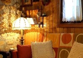 Acceso a la vivienda en piedra con espacios de reuniones fuera