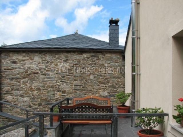 Terraza con bancos al aire libre