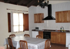 Cocina con mesa de madera