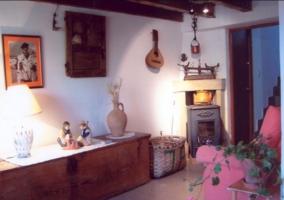 Acceso principal a la casa con mesa y sillas