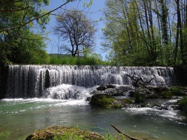 Salto de agua en las Montañas de Rocacorba