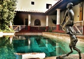 Piscina con escultura