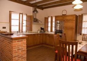 Cocina y escaleras en madera