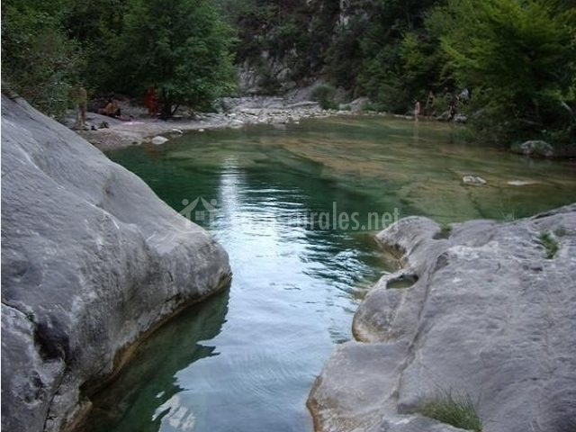 Cal ferrer nou en alpens barcelona for Escapada rural piscinas naturales