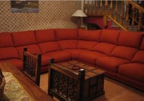 Salón con televisión y decoración con cuadros en las peredes
