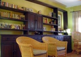 Salón con sofás tapizados y chimenea